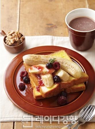 바나나구이 & 호두 곁들인 생강 프렌치토스트