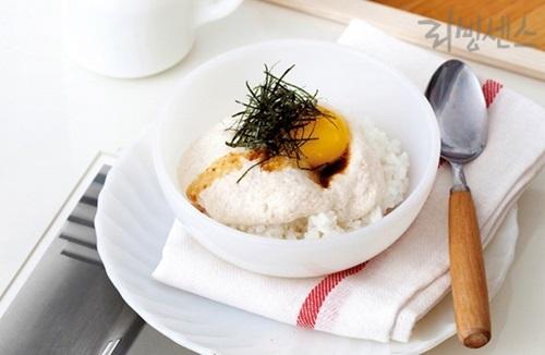 뜨거운 밥에 얹어 먹는 마밥