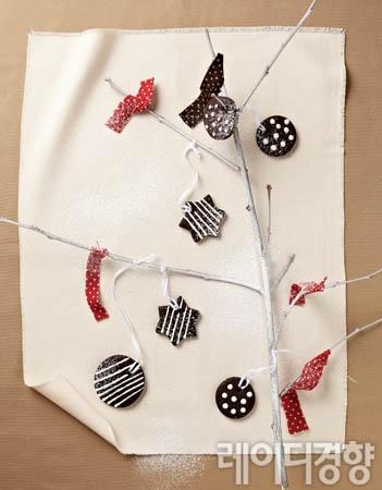 나뭇가지에 달린 달콤한 초콜릿 오너먼트 쿠키